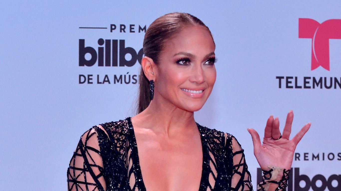Jennifer López ostenta un lujoso bolso Valentino y causa polémica en la Red