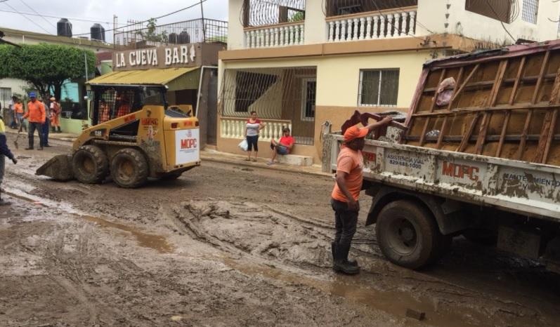 Tras la inundaciones en La Vega MOPC realiza operativo de limpiezas