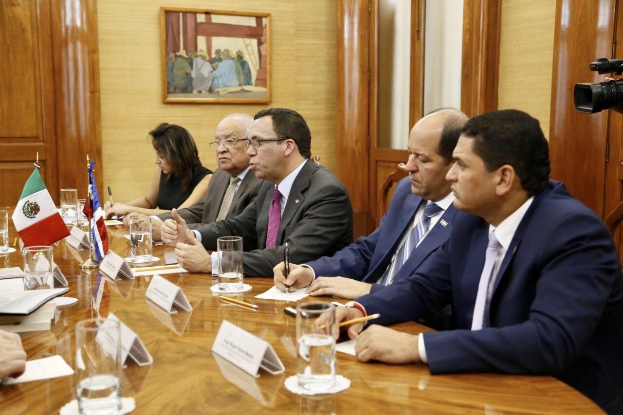 Navarro acuerda alianza con ministro de Educación de México para proyecto educativos