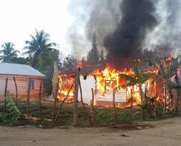 Incendio reduce a cenizas vivienda en Dajabón