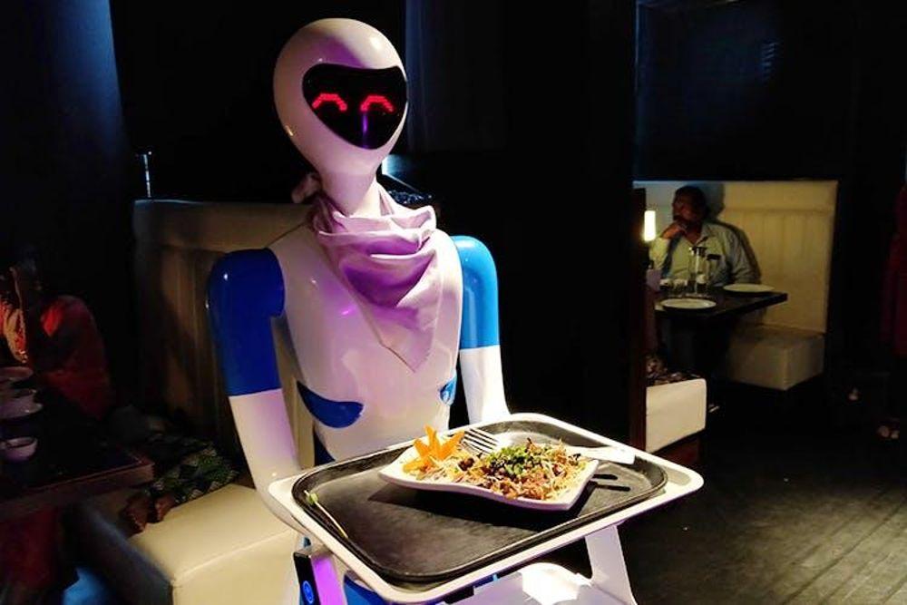 Robots camareros y mayordomos demuestran talentos en Robot Global Expo