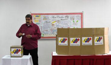 Maduro votó el primero en su centro en los comicios con que busca reelección