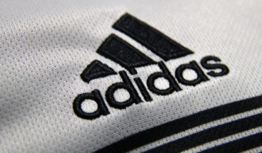 Adidas retira la ropa con símbolos soviéticos de su tienda en línea tras críticas internacionales
