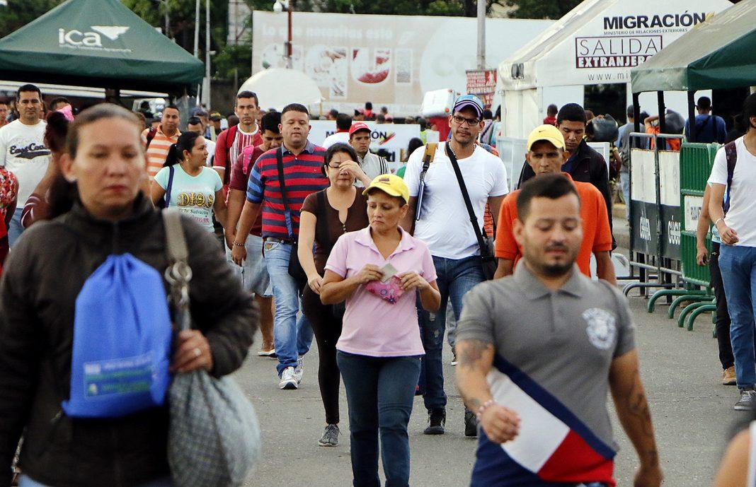 Venezolanos se aventuran a pie por carreteras colombianas en busca de trabajo