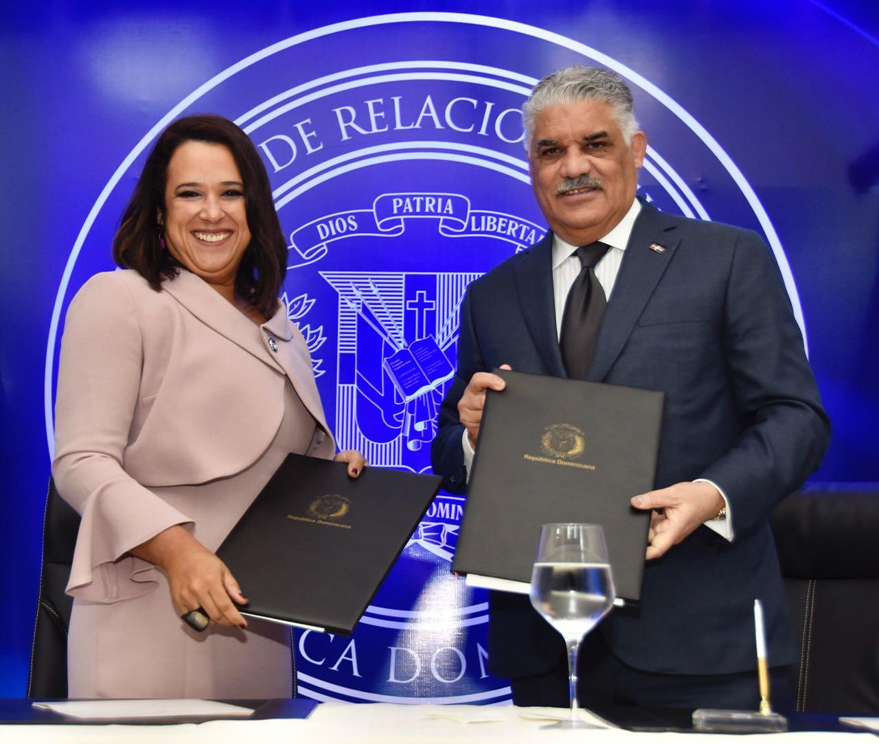 Canciller Miguel Vargas suscribe acuerdo con Centrocámara de Comercio RD