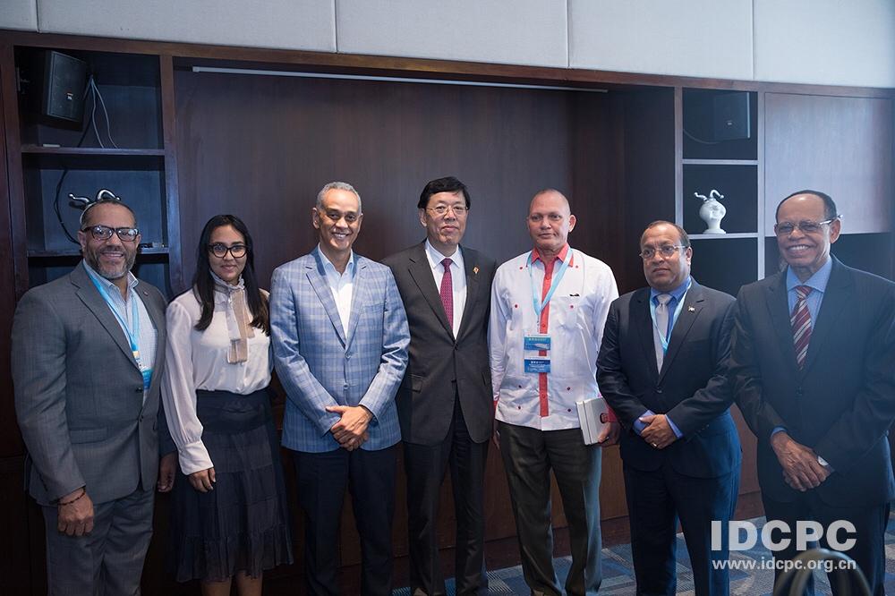 Dirigentes se reúnen con autoridades chinas luego de relaciones diplomáticas