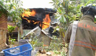 Fuego arrasa con deposito de madera en La Romana