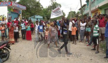 Residentes en San Felipe, Villa Mella se lanzan a las calles en reclamo de servicios