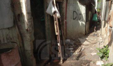 Heces fecales inundan viviendas de 17 familias en Villa Juana
