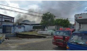 Bomberos apagan fuego que afectó instalaciones de zona franca en Moca