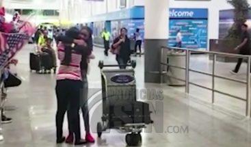 Dominicana atacada en barbería de NY se reúne con sus hijas tras obtener visas humanitarias