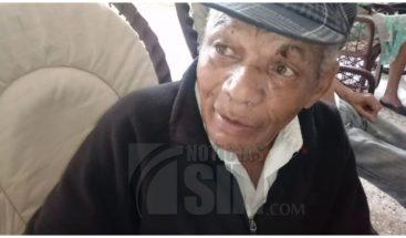 Hijo deja abandonado a su padre frente a un asilo de anciano en Bonao