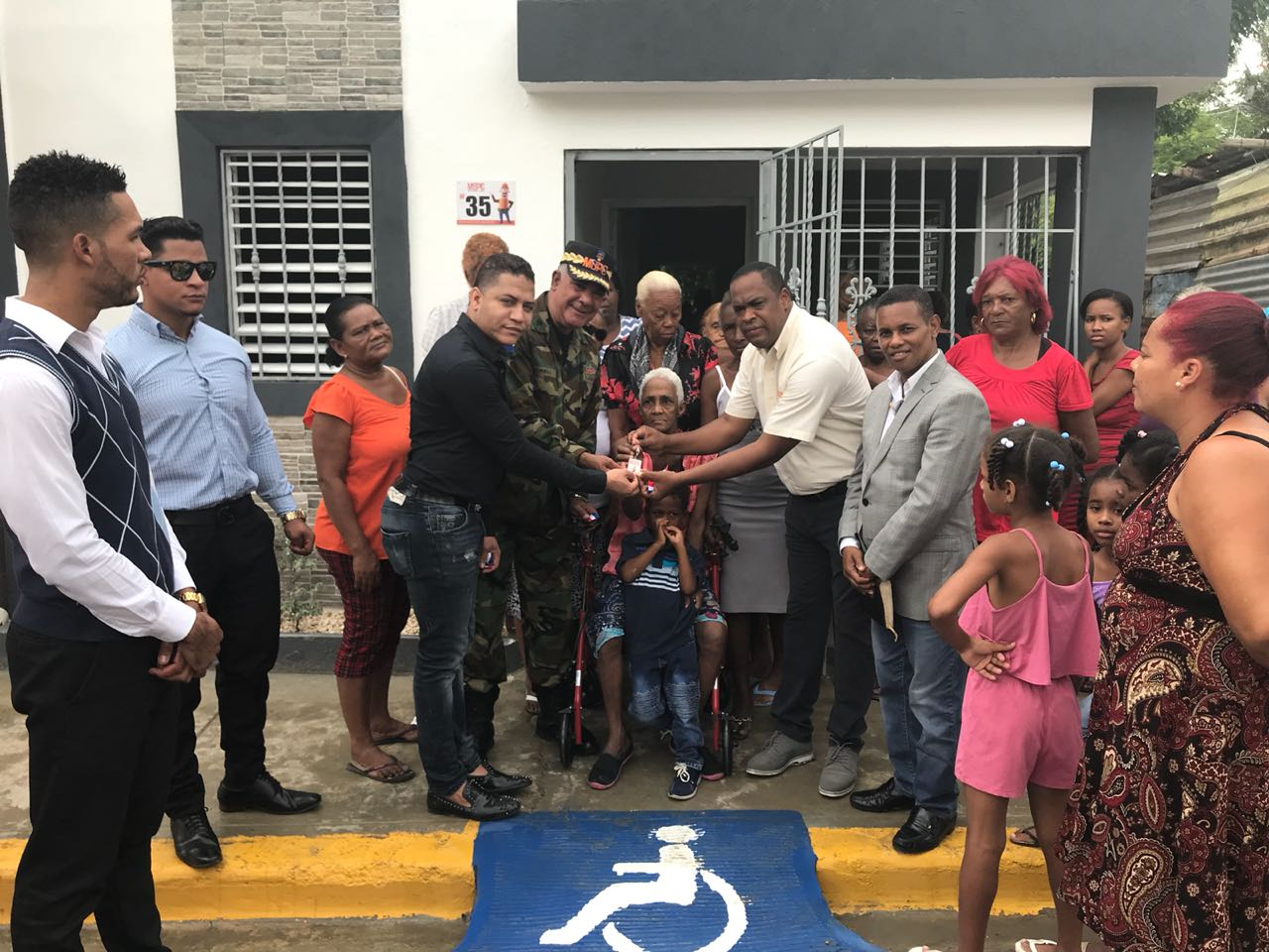 MOPC entrega casa a viuda discapacitada de 81 años