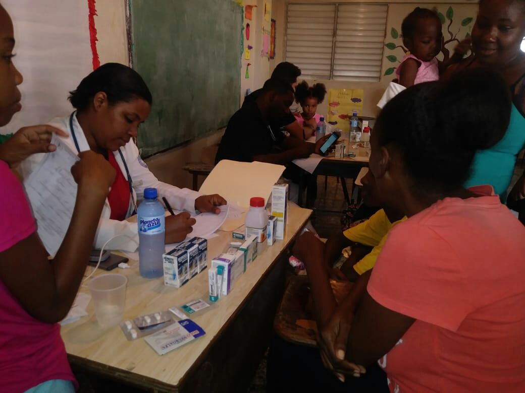 Asociación Dominicana de Rehabilitación realiza operativo médico en Villa Duarte.