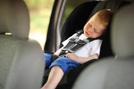 Informe urge a diseñar tecnologías contra olvido de niños en autos en EE.UU.