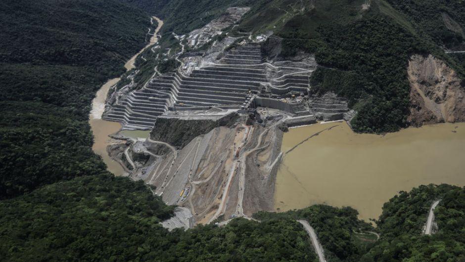 Ejército de trabajadores intenta evitar tragedia en hidroeléctrica colombiana