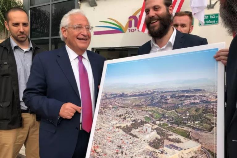 Captan a embajador de EE.UU. en Israel con polémica foto de Jerusalén