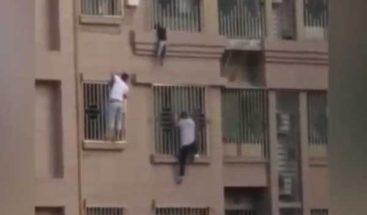 Dos hombres trepan cuatro pisos para salvar a un niño que estaba a punto de caerse