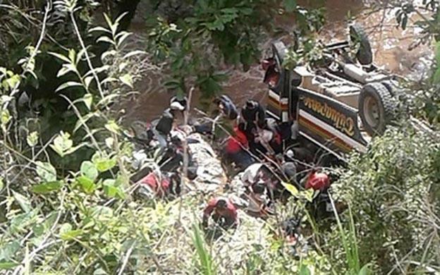 Al menos ocho muertos al caer un autobús a un río en el suroeste de Guatemala