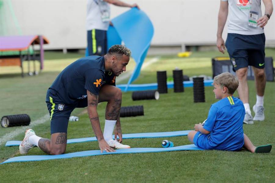 Neymar juega con su hijo tras entrenamiento de Brasil en Sochi