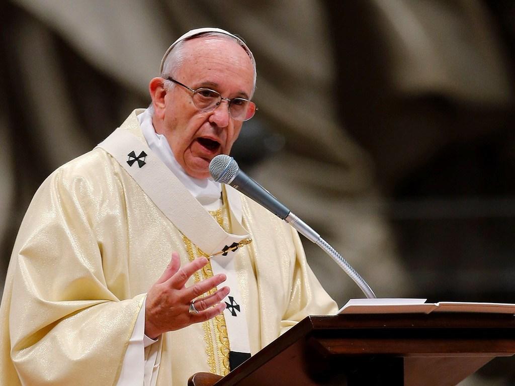 Papa pide acoger inmigrantes en la medida que no sea amenaza a identidad