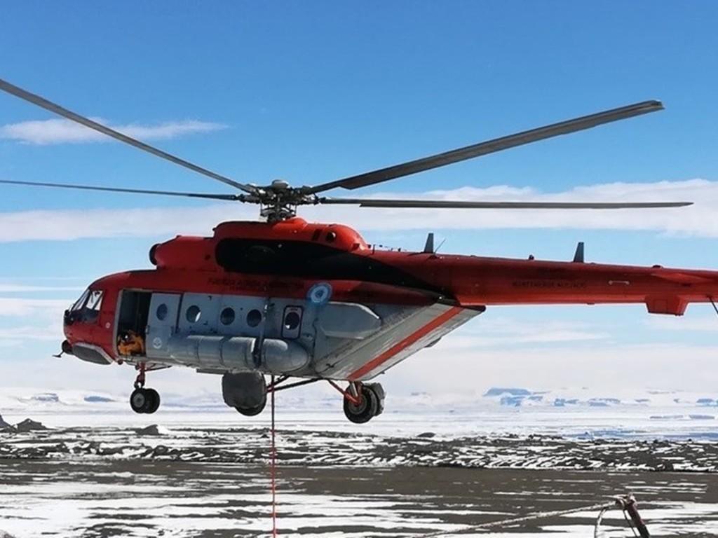 Intentan rescatar en montaña a helicóptero de comitiva presidencial argentina