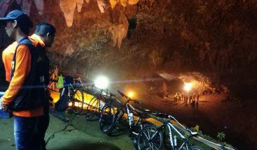 12 niños de un equipo de fútbol continúan atrapados en una cueva en Tailandia