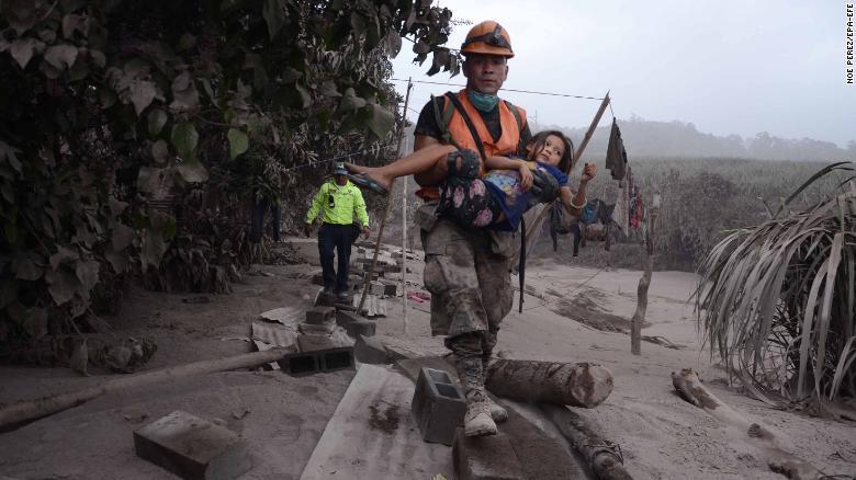 EE.UU. ofrece su ayuda a familias afectadas por el volcán en Guatemala