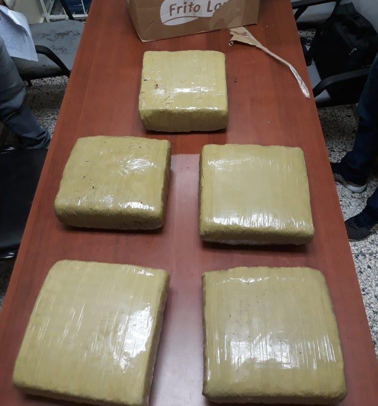 Incautan 50 libras de marihuana y otros tipos de drogas durante allanamiento en Santiago