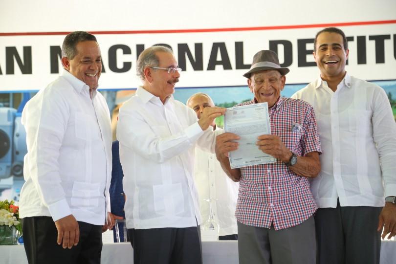 Presidente Medina entrega 839 títulos definitivos a parceleros de Palmar de Ocoa