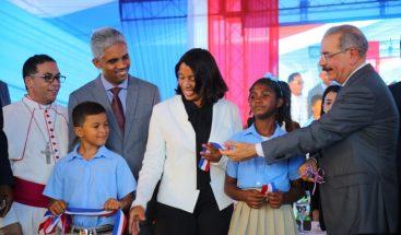 Presidente Medina entrega centro educativo en San Pedro de Macorís