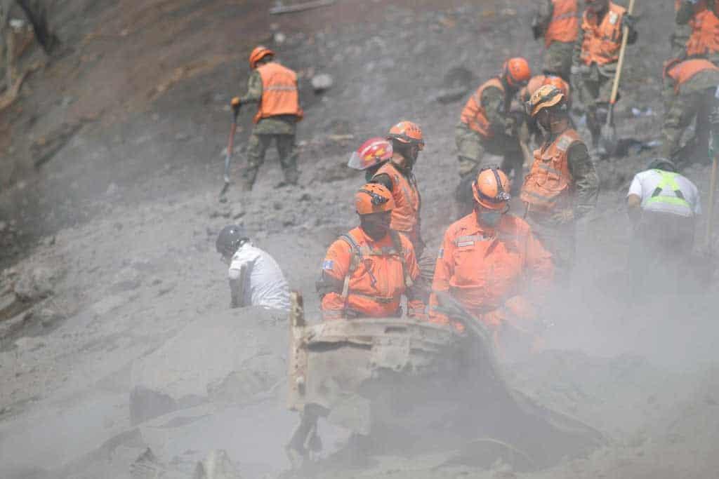Guatemala sigue removiendo toneladas de tierra para buscar más restos humanos