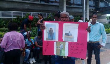 Familiares de oficiales acusados de robar RD$1.5 millones en allanamiento piden su libertad