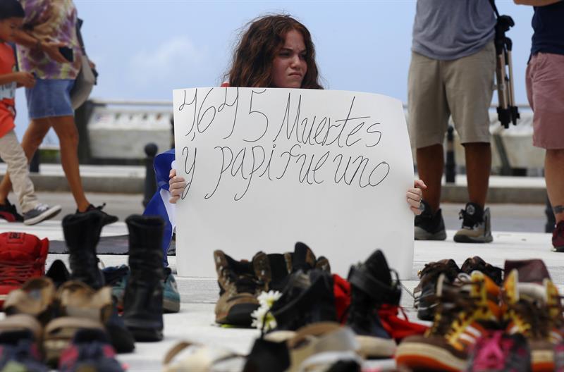 Cientos de zapatos adornan Capitolio en San Juan por muertos por ciclón María