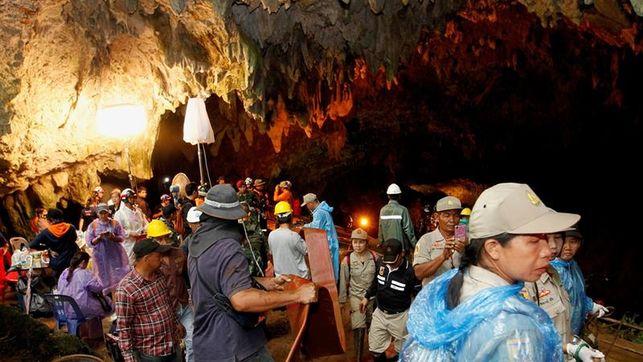 Continúa la búsqueda de 12 niños y su entrenador de fútbol, perdidos en una cueva tailandesa