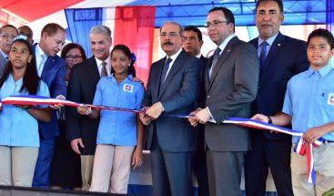 Presidente Medina entrega dos centros educativos en La Vega