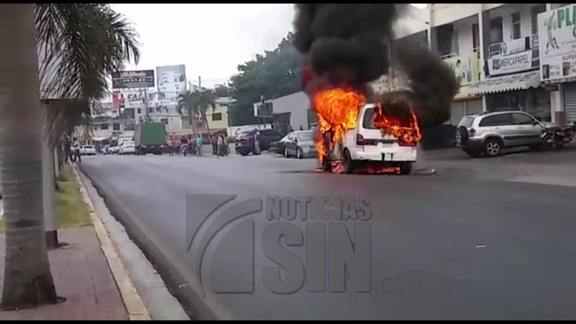 Se incendia autobús que transportaba estudiantes en Santiago