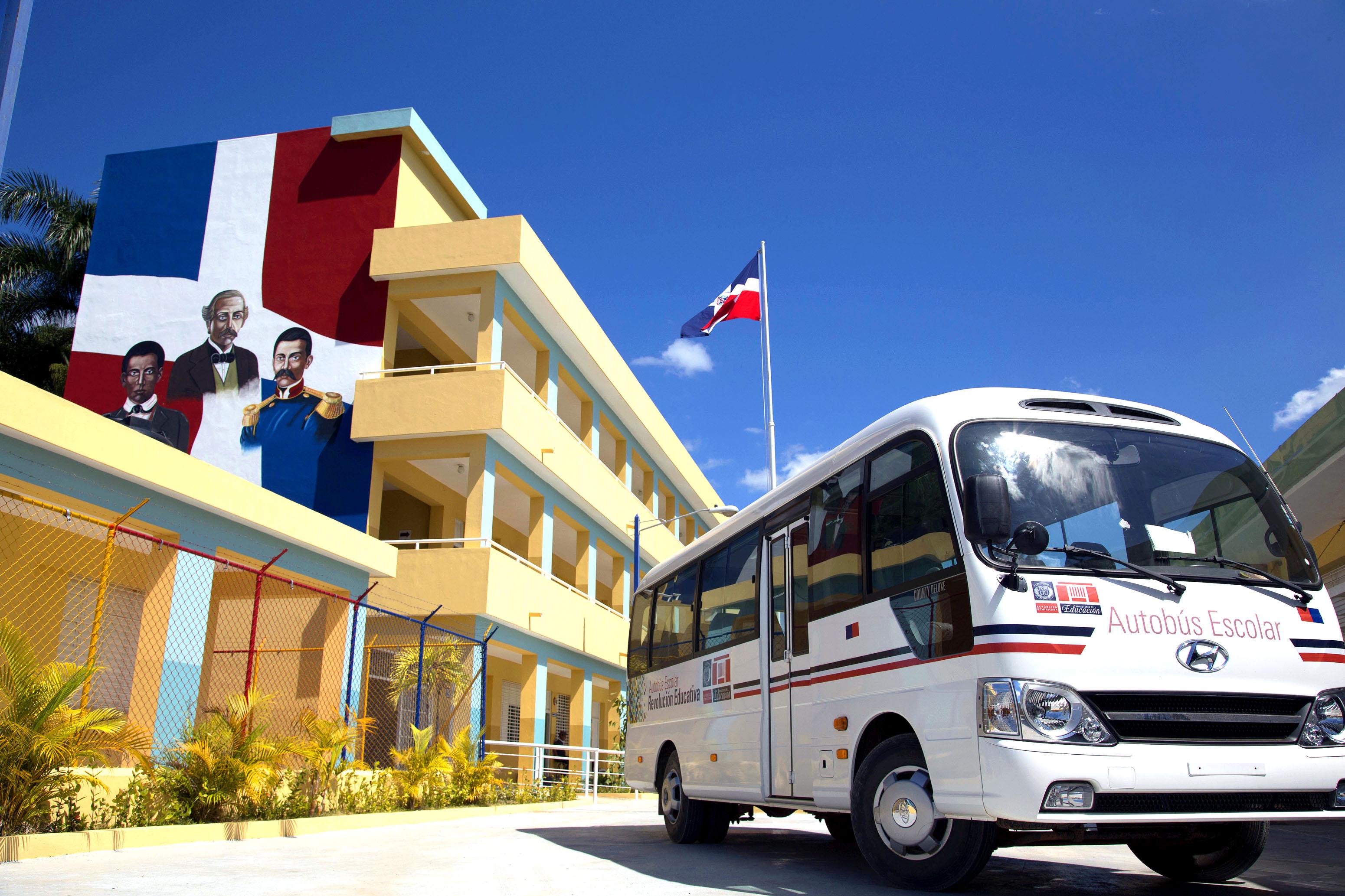 Entregan 32 nuevos autobuses autobuses escolares en distintas provincias del país