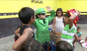 Niño de 8 años lleva alegría a pequeños afectados por volcán en Guatemala