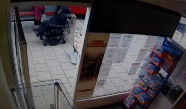¡Un peligro a bordo! Un hombre en silla de ruedas atropella a dos ancianas