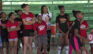 Dos Reinas del Caribe hacen donativo a Club los Cachorros en Nigua