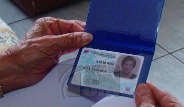 Con 69 años se convierte en la primer mujer en recibir nacionalidad a esa edad