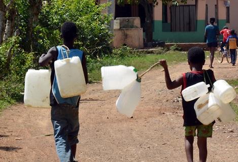 Se quejan por la falta de agua potable en el sector Las Carmelitas en Santiago