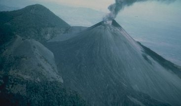 Suspenden vuelos en aeropuerto de Guatemala por actividad del volcán Pacaya