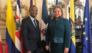 Senado francés reconoce al escultor dominicano Juan Gómez Campusano