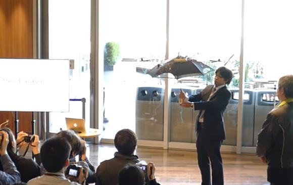 Llega el paraguas sin mango que sigue a su dueño