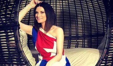 Laura Pausini posa vestida con la bandera cubana