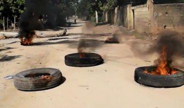 Paralizan el tránsito por deterioro de calles y polvo que levantan camiones en Montecristi