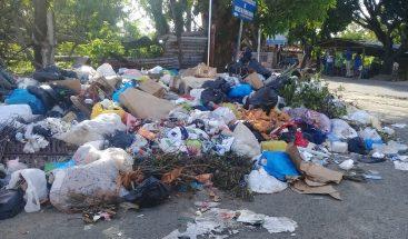 Residentes en Pedro Brand denuncian creación de vertedero frente a liceo