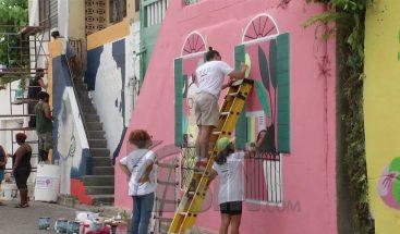 Artistas urbanos decoran murales de Villa Francisca